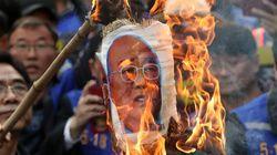 전두환 집 앞에서 5.18 진상규명 촉구 집회가 열렸다