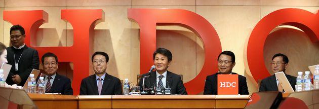 정몽규 HDC현대산업개발 회장이 12일 오후 서울 용산구 본사에서 아시아나항공 인수 우선협상대상자 선정 관련 기자회견을 하고 있다. HDC현대산업개발·미래에셋대우 컨소시엄은...