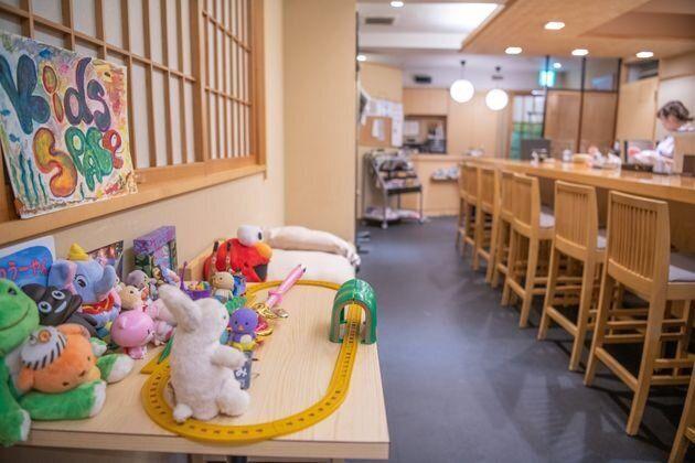 나데시코 스시는 어린이들을 위한 놀이 공간도 갖추고 있어, 부모들은 카운터에서 스시를 편히 즐길 수
