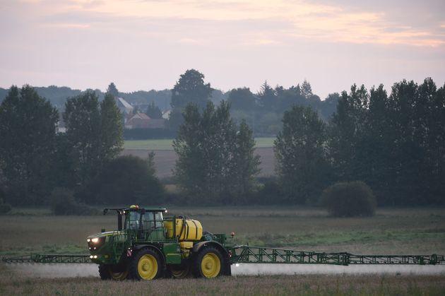 Un agriculteur français utilisant d'un herbicide au