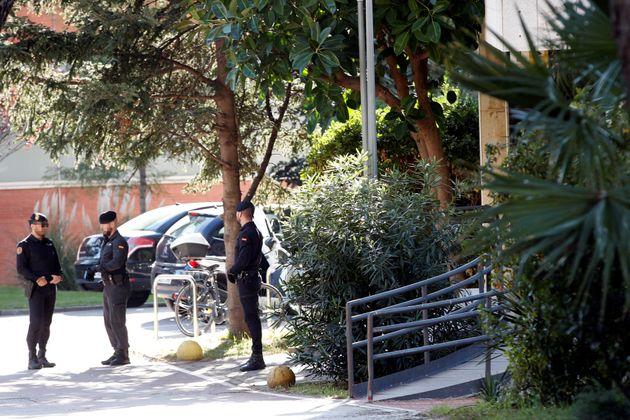 Agentes de la Guardia Civil custodian la entrada de la sede del Consell Catalá de