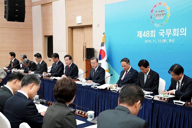 문재인 대통령이 한-아세안 특별정상회의 앞둔 부산서 국무회의를 열었다