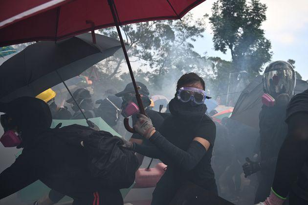 A Hong Kong gas lacrimogeni sui manifestanti. La polizia avv