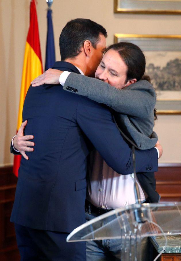 El presidente del Gobierno español en funciones, el socialista Pedro Sánchez, iz., y el líder de Unidas...