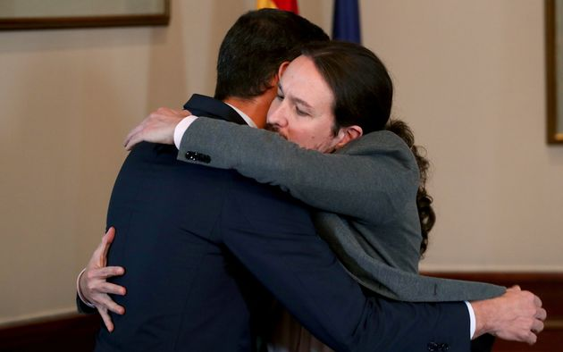 Sanchez e Iglesias firmano l'accordo per il governo in Spagna. Ma si reggerà sulle