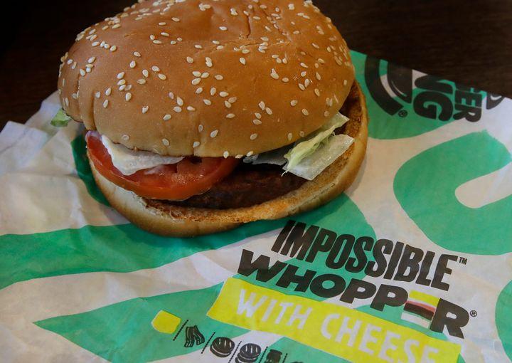 """Cet """"Impossible burger"""" se compose de protéines de soja et de pomme de terre, d'huiles de coco et de tournesol, et de hème, une molécule riche en fer donnant une couleur rouge similaire à celle de la viande."""