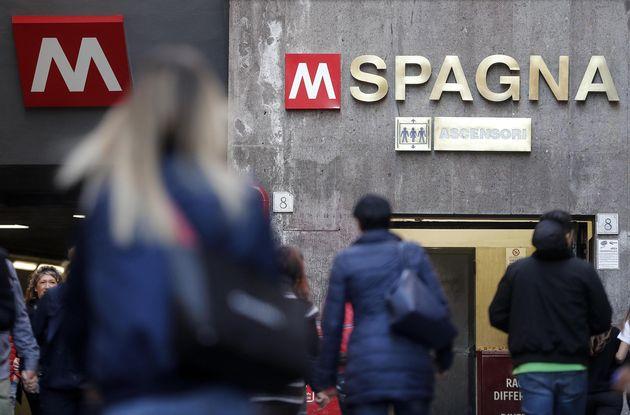 Fumo dai freni di una vettura trainata: chiusa la stazione metro Spagna a ...