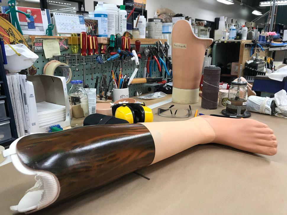 Certains patients qui n'en sont pas à leur première prothèse choisissent aussi d'assumer leur membre en moins et de personnaliser l'outil qui le remplace.