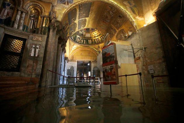 Basilica di San Marco a Venezia invasa dall'acqua. È la sesta volta in 1.200 anni