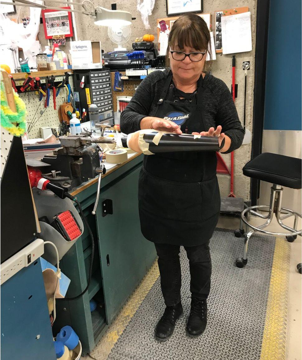 Sylvie Francoeur, mécanicienne, se sert d'un ancien papier à radiographie comme moule, pour ensuite faire couler de la cire, qui formera cette prothèse de membre supérieur.