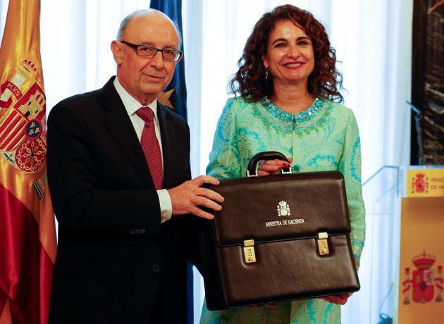 La ministra de Hacienda en funciones, María Jesús Montero, recibe la cartera de manos de...