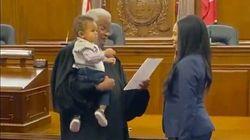 Lei giura da avvocato mentre il giudice le tiene in braccio il figlio: il video