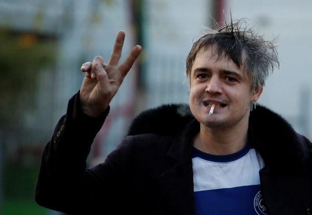 Pete Doherty quittant le tribunal de Paris après sa condamnation à 3 mois de prison avec...