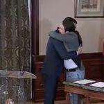 Lo que se ha oído en la sala durante el abrazo de Sánchez e Iglesias está dando mucho