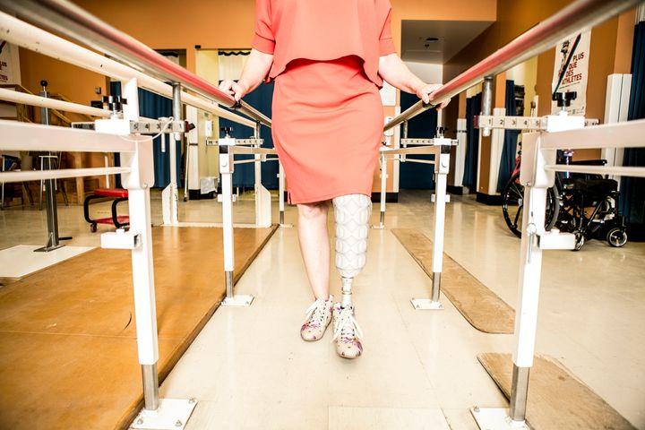 Cette salle de l'Institut de réadaptation Gingras-Lindsay-de-Montréal constitue une étape importante pour les patients amputés, alors qu'ils marchent souvent pour la première fois avec leur prothèse, devant un grand miroir.