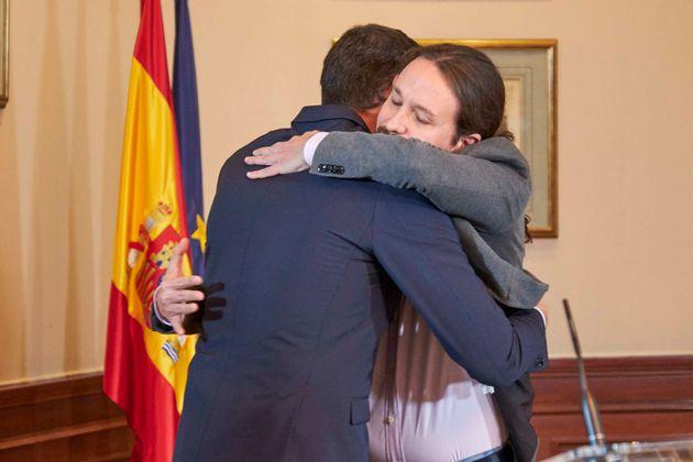 Sánchez e Iglesias se abrazan tras anunciar el preacuerdo de