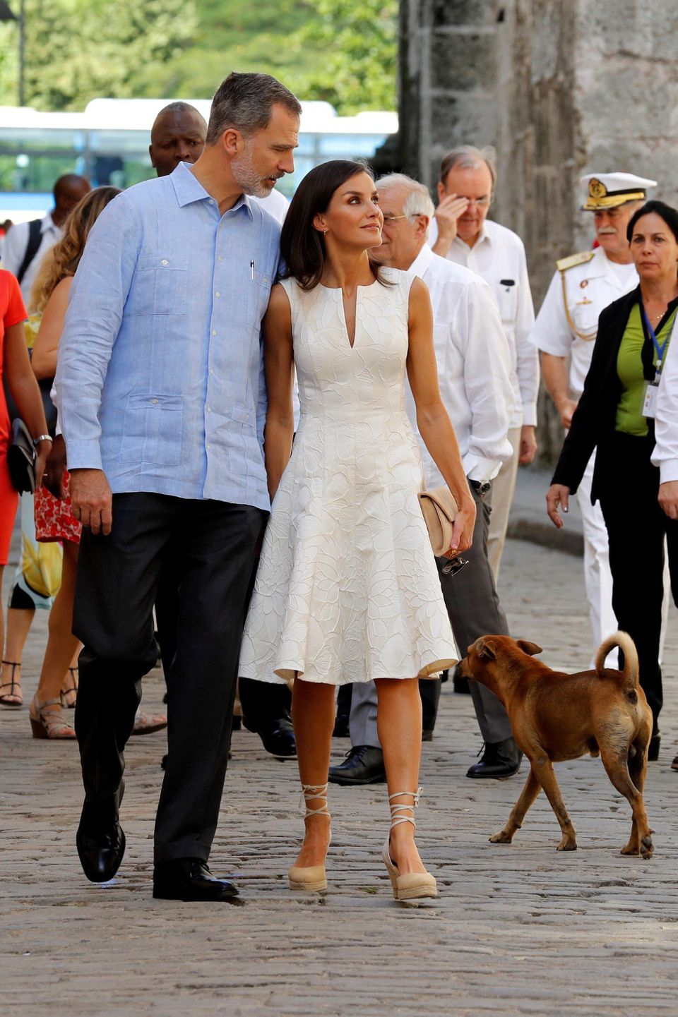 Los reyes, abrazados, pasean por las calles de la Habana