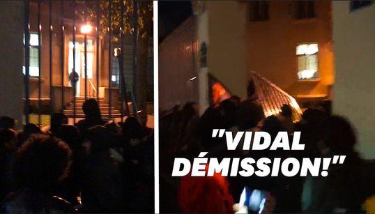 Un cortège parti du Crous de Paris enfonce les grilles du ministère de l'enseignement