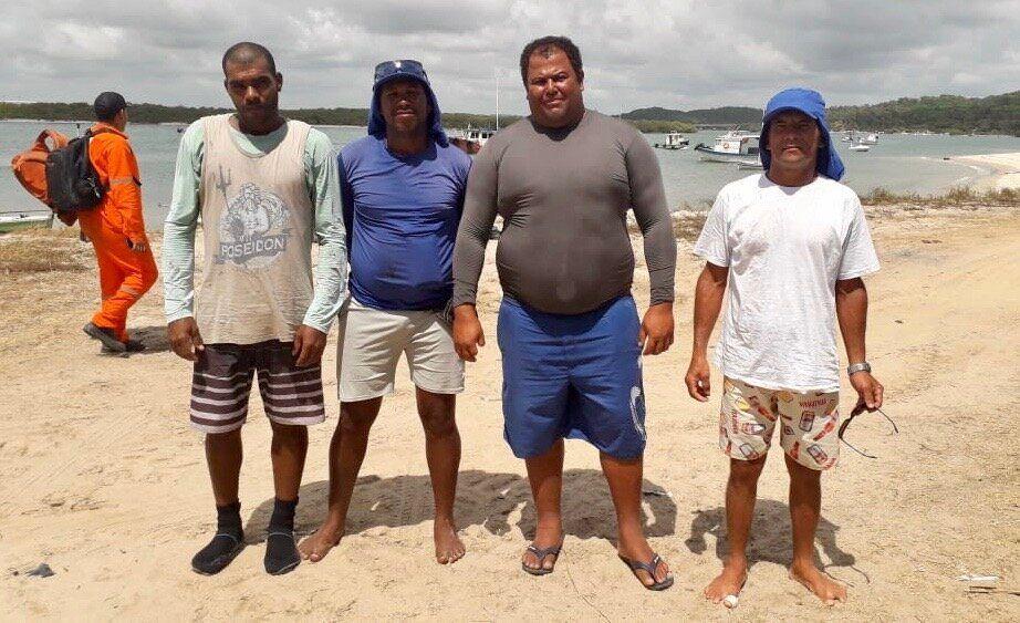 Pescadores (da esquerda para a direita, Vandécio, Admar, Severino e André) se preparam...