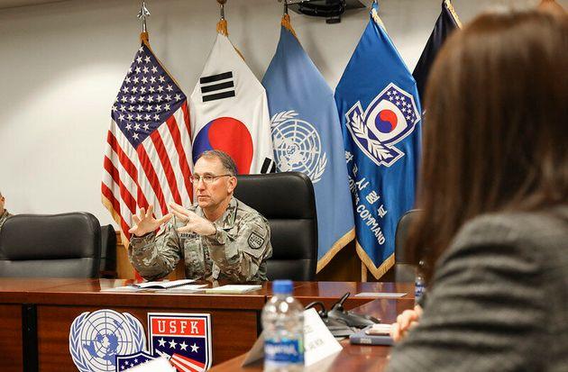 로버트 에이브럼스 한미연합사령관 겸 주한미군 사령관이 12일 경기 평택 캠프 험프리스에서 기자들과 인터뷰를 하고