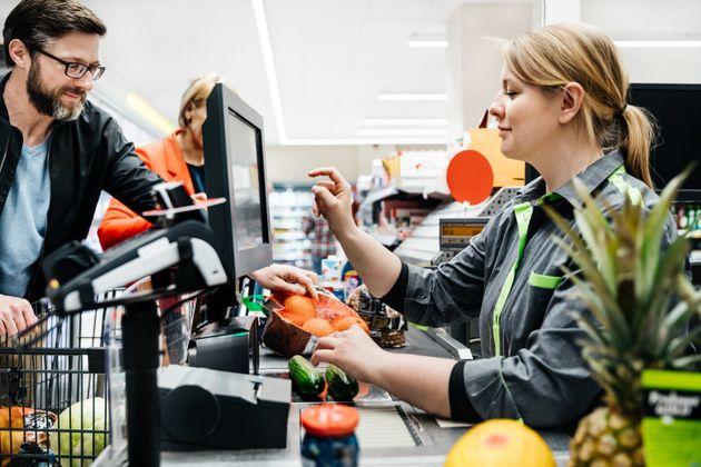 Mujeres en el sector servicios: un análisis de la brecha de