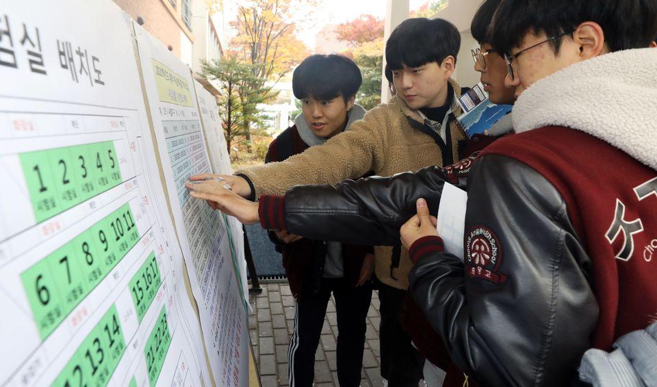 2020학년도 대학수학능력시험 예비소집일인 13일 오전 서울 종로구 경복고등학교에서 고3 수험생들이 시험장 배치도와 시험실별 수험번호를 확인하고