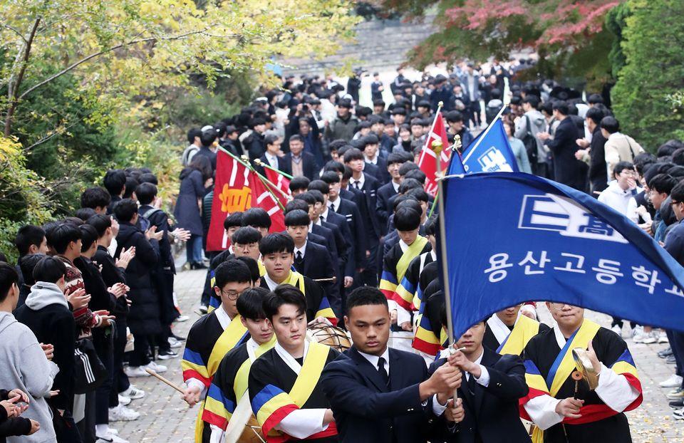2020학년도 대학수학능력시험을 하루 앞둔 13일 서울 용산구 용산고등학교에서 열린 수능 출정식에서 고3 수험생들이 선생님과 재학생들의 응원을 받으며 정문을 나서고