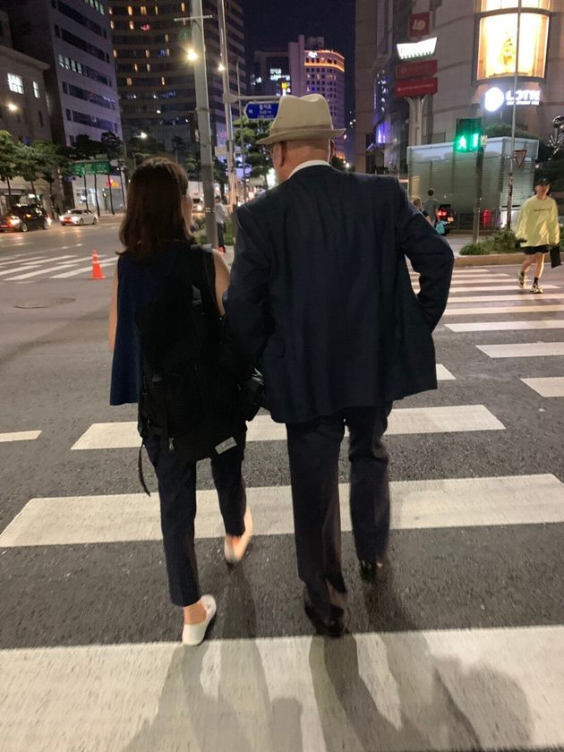 インタビューを終えて、ソウル市内を歩く許永中氏と筆者。