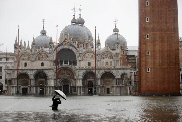 Βενετία: Η μεγαλύτερη πλημμύρα τα τελευταία 50 χρόνια - Πληροφορίες για δύο