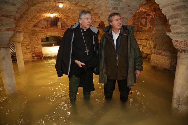 Acqua alta oltre un metro nella cripta della Basilica di San Marco: le immagini dall