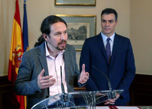 El líder de Unidas Podemos, Pablo Iglesias, iz.,en presencia del presidente del Gobierno en funciones,...