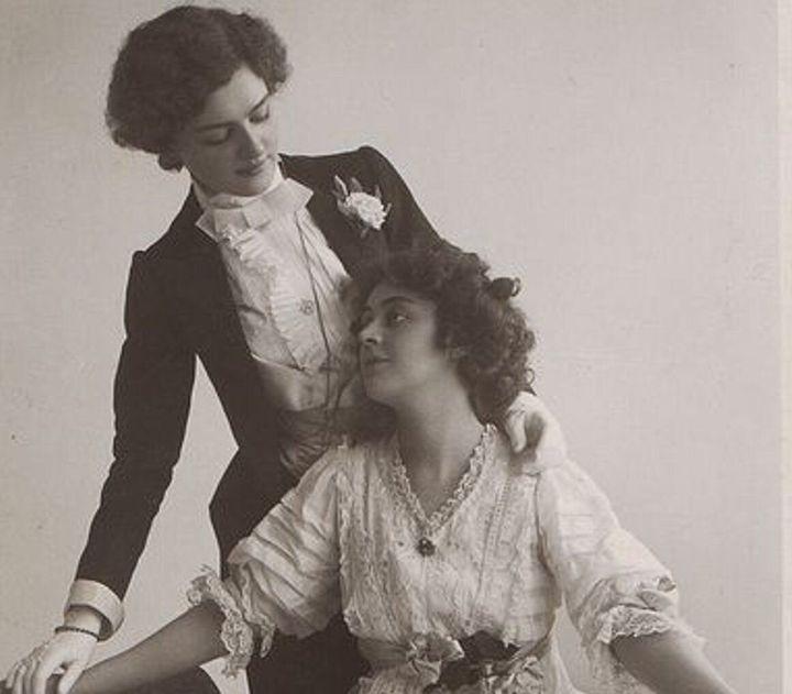 Estampa de mujeres lesbianas que ha inspirado la portada del libro 'Señoras que se empotraron hace mucho'.