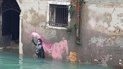 Il bambino naufrago di Banksy travolto dall'acqua alta di