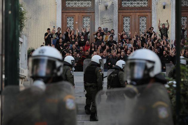 Από την «αναμέτρηση» διαδηλωτών...