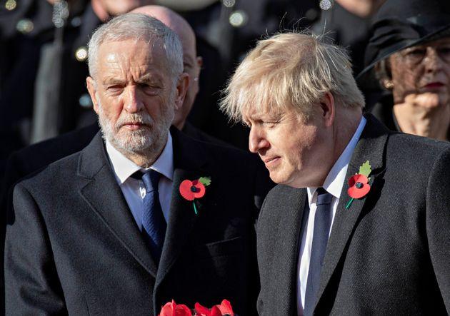 Jeremy Corbyn y Boris Johnson, durante una ceremonia de recuerdo de la Primera Guerra Mundial, el pasado...