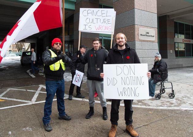Des supporters de Don Cherry devant le siège social de Rogers à Toronto, le mercredi 13 novembre