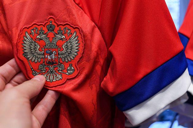 Sur le maillot Adidas de l'équipe nationale russe, le drapeau visible sur l'emblème a été...
