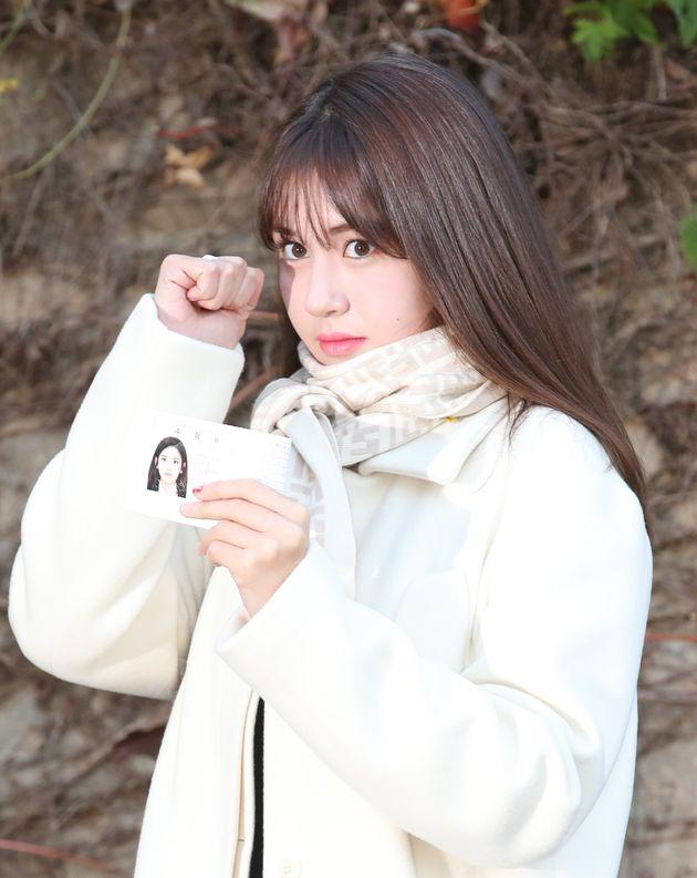 가수 전소미가 2020학년도 대학수학능력시험(수능)을 보기 위해 14일 오전 서울 송파구 가락고등학교로 들어가기 전 수험표를 들어 보이고
