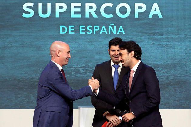 El presidente de la Real Federación Española de Fútbol, Luis Rubiales (i) y el presidente de la autoridad...