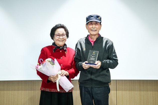 은퇴식에 참석한 임갑지 크루(오른쪽)와 아내 최정례 여사(왼쪽)의