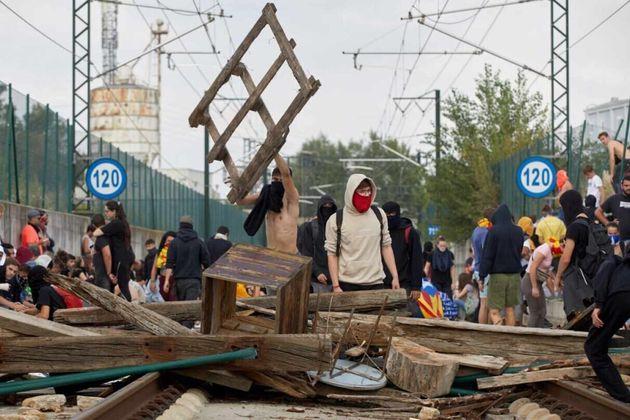 Independentistas cortan el AVE en Gerona tras acceder a las vías fuera de la