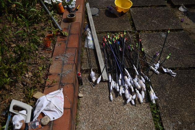 Dès flèches que la police accuse les manifestants de tirer sur les forces de
