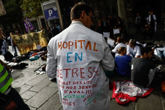 Les personnels soignants dénoncent lors d'une manifestation le manque de moyens et de lits face...