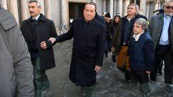 Berlusconi con gli stivali in piazza San Marco allagata: