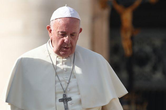 Papa Francesco commissaria le disastrate finanze