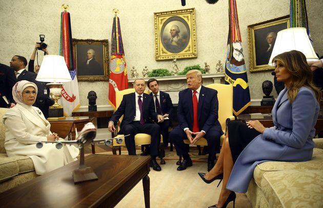 Η Μελάνια Τραμπ ξεναγεί την Εμινέ Ερντογάν στον Λευκό