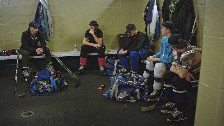 Brock McGillis avec de jeunes joueurs de hockey (image tirée du documentaire «Franchir la ligne»)