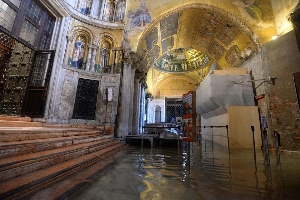 El agua se ha adentrado en la Basílica de San