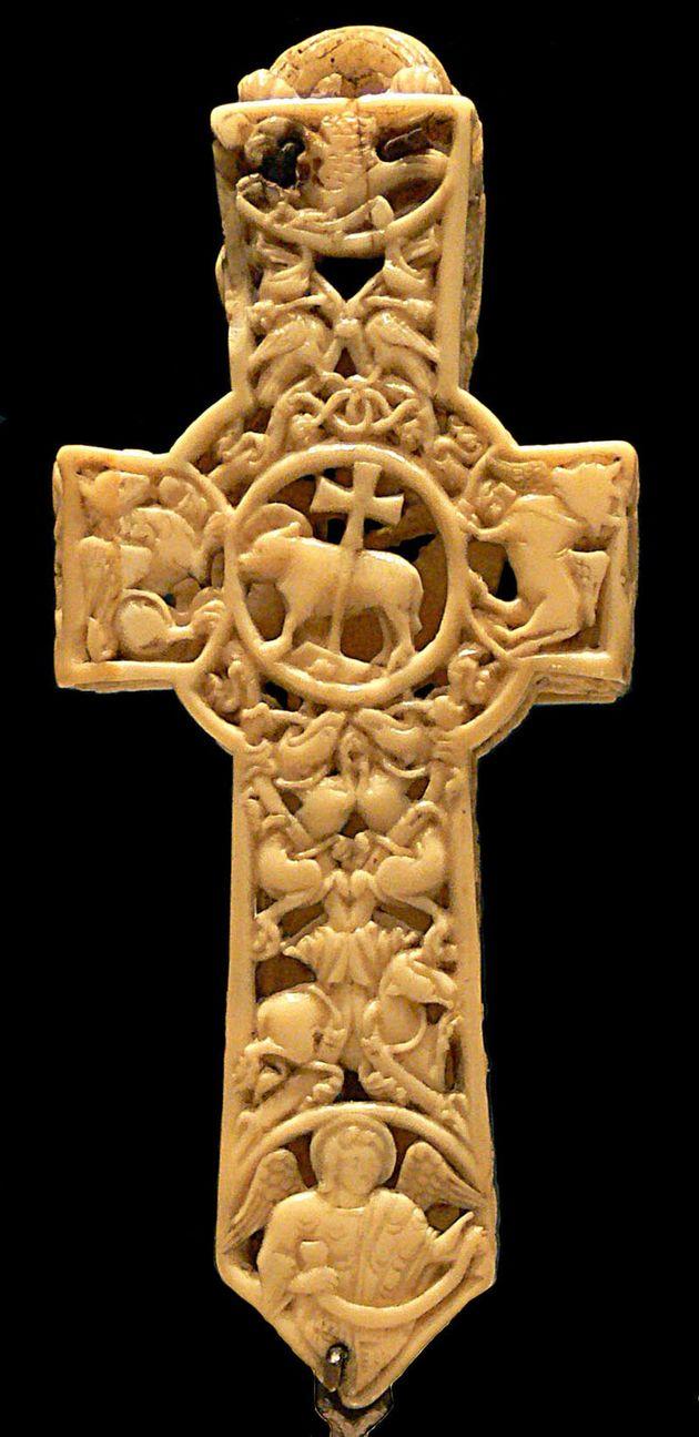 Cette croix a été gravée par des Celtes qui ont acquis de l'ivoire de morse auprès de chasseurs vikings....