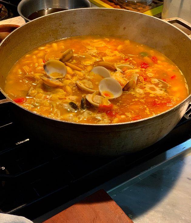 Un plato ideal para días de frío: marmita de pochas (o alubias) con